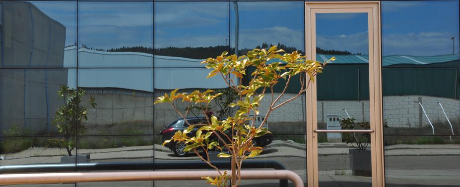 El muro cortina permite ejecutar proyectos de alturas más elevadas (edificio de vidrio ). Los trabajos de encristalado se efectúan al exterior del edificio.