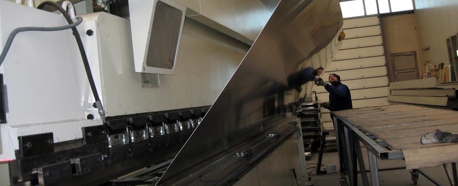 Para ayudar a nuestros clientes en todo momento ponemos a su disposición la más completa tecnología en corte y plegado.